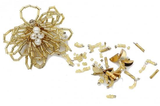 Καρφίτσα σε σχήμα άνθους με χρυσές χάντρες και διάμετρο 55mm