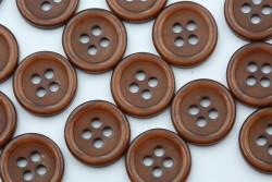 Κουμπί καφέ στρογγυλό με τέσσερις τρύπες
